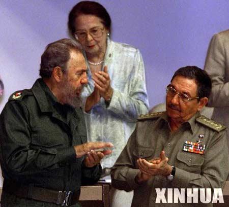 菲德尔·卡斯特罗(左)与劳尔·卡斯特罗共同出席一次会议的资料照片(图片来源:新华社)
