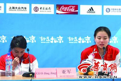 20时39分43秒  吴敏霞回答外籍记者提问时,郭晶晶继续忙她的
