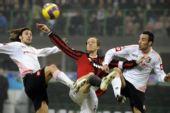 图文:[意甲]米兰2-1巴勒莫 安布罗西尼倒钩