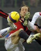 图文:[意甲]米兰2-1巴勒莫 米兰队副遭遇夹击