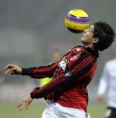 图文:[意甲]米兰2-1巴勒莫 帕托停球
