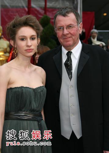 图:80奥斯卡红毯 汤姆-威尔金森携爱女出席