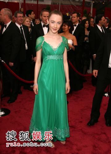图:80奥斯卡红毯 斯奥塞-罗南亮相翠绿长裙