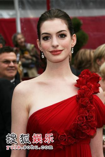 图:80奥斯卡红毯 安妮-海瑟薇华美礼服
