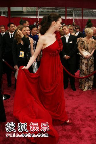 图:80奥斯卡红毯 安妮-海瑟薇娇美身形
