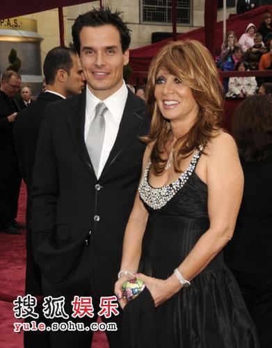 图:第80届奥斯卡红毯 东尼奥·萨巴图携女伴