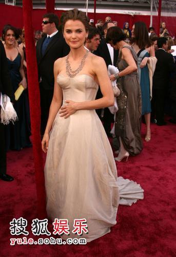 图:80奥斯卡红毯 凯丽-拉塞尔着纱裙飘逸