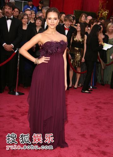 图:80奥斯卡红毯  杰西卡·阿尔芭红裙登场