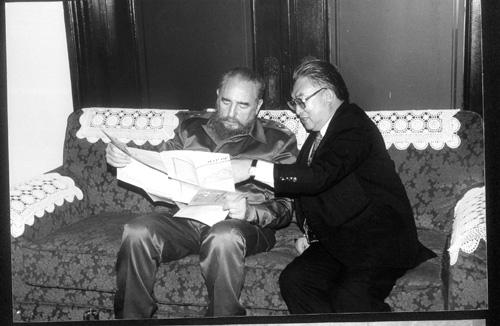 1995年,卡斯特罗访问中国之前,在中国驻古巴大使馆和本文作者(右)一起看中国地图