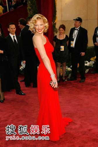 图:80奥斯卡红毯 凯瑟琳-海格尔回眸媚笑