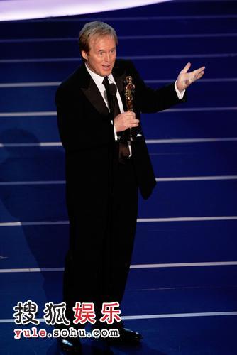 图:颁奖礼现场 乔斯图尔特调侃 笑声此起彼伏