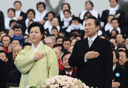 李明博与夫人金润玉在就职仪式上