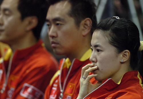 图文:中国女团VS朝鲜女团 孔令辉王楠场边观战