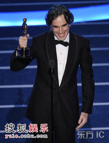 图:现场 丹尼尔-戴-刘易斯获颁最佳男主角奖