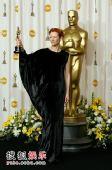 图:80奥斯卡后台 蒂尔达展最佳女配角奖杯