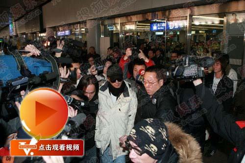 """谢霆锋抵达机场遭到记者的""""埋伏"""""""