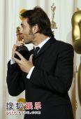 组图:80奥斯卡后台 最佳男配角狂吻奖杯