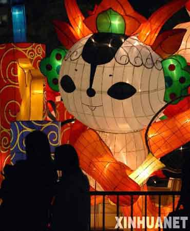 2月21日,游客在观看福娃彩灯。当日是传统的元宵佳节,正在香港文化中心广场展出的福娃彩灯展成为香港市民和游客欢度佳节的好去处。新华社记者 公磊摄