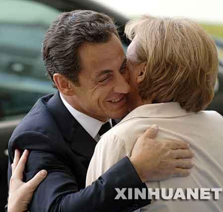 资料图片:2007年5月16日,德国总理默克尔(右)在首都柏林的总理府欢迎到访的法国新任总统萨科齐。当日,萨科齐正式就任法国总统,在就职典礼的各项活动结束后,萨科齐前往德国访问。新华社记者吴晓凌