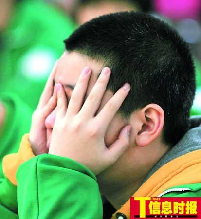 """广州市育才实验学校邀请广东省青少年研究中心主任曾锦华,为初二年级近100名学生作题为""""青少年与心中的偶像""""专题课程,课堂气氛十分活跃。时报记者 龙成关 摄"""