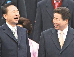 李明博(左)在就职仪式举行后与卸任总统卢武铉谈笑风生。中国日报网站供图