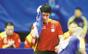 2月25日,中国队第一单打王励勤爆冷输给世界排名第97位的罗马尼亚选手菲力蒙。本报记者刘占坤摄