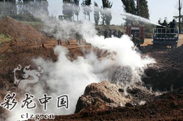 工作人员处置污染点 记者 李振宇/摄