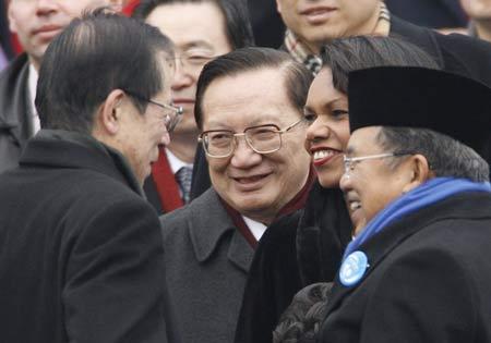 就职仪式上各国政要云集,(左起)福田康夫、唐家璇、赖斯、印度尼西亚副总统卡拉亲切交谈