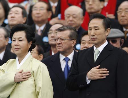 李明博和夫人金润玉在就职仪式上
