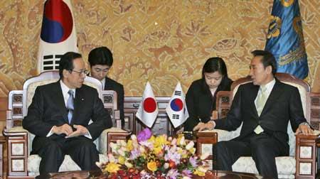 李明博在青瓦台同到访的日本首相福田康夫举行首脑会谈