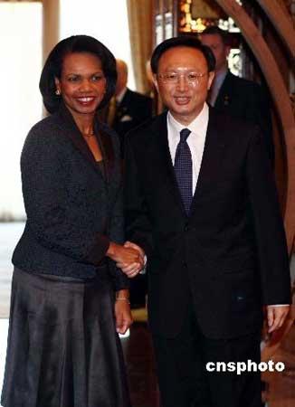 2月26日,中国外交部部长杨洁篪在北京钓鱼台国宾馆与当日到访的美国国务卿赖斯举行会谈。 中新社发 盛佳鹏 摄