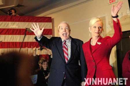 1月8日,在美国新罕布什尔州的纳什厄,共和党总统竞选人、亚利桑那州参议员约翰·麦凯恩(左)和妻子庆祝获胜。新华社记者张岩摄