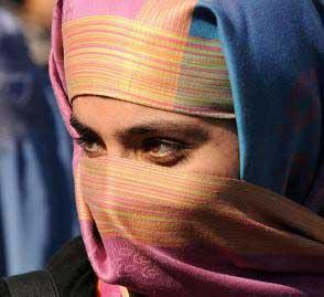 """一名阿富汗女性在首都喀布尔抗议对佩尔韦兹-卡姆巴克什的死刑判决。此前,佩尔韦兹-卡姆巴克什因在互联网上下载了一篇报道,而被阿富汗伊斯兰法庭以""""亵渎""""罪判处死刑。"""