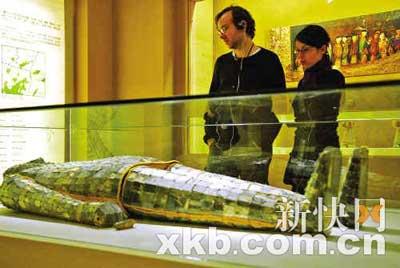两位外国游客在南越王博物馆仔细观赏银缕玉衣。阙道华/摄