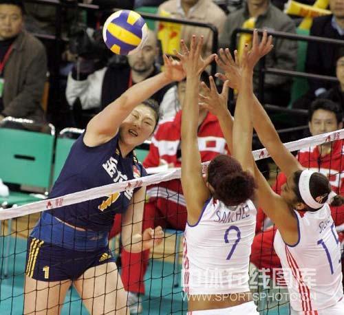 图文:中国女排3-2险胜古巴 王一梅大力扣球