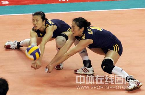 图文:中国女排3-2险胜古巴 周苏红刘亚男防守
