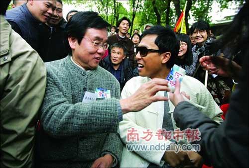 电影《叶问》出品人黄百鸣和男主角甄子丹(右)。本报记者陈志刚摄