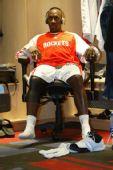 图文:[NBA]火箭VS奇才 杰克逊赛前放松