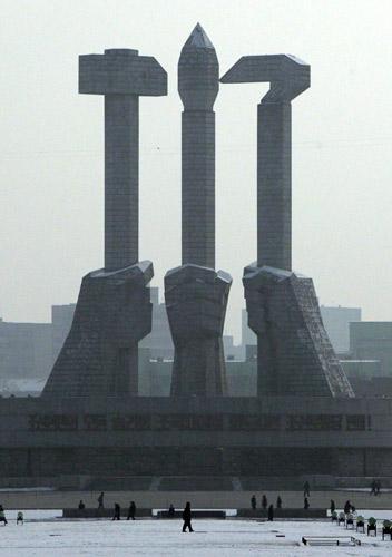 在主体纪念塔的边上,有一个巨大的朝鲜劳动党党徽