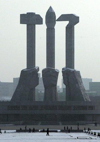在主体纪念塔的边上,有一个巨大的朝鲜劳动党党徽。