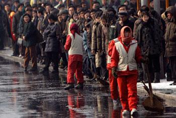 清晨,排队等车上班的平壤市民。