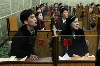 学生积极响应老师的问题。