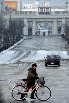 世界上的首都,恐怕很少有象平壤这样,宽阔的马路上车辆寥寥。