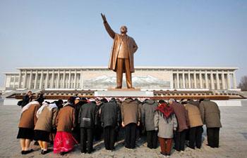 平壤万寿台的金日成铜像,每天都有来自朝鲜各地的民众和学生到这里敬献鲜花。