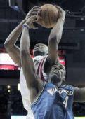 图文:[NBA]火箭VS奇才 兰德里高人一头