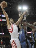 图文:[NBA]火箭VS奇才 斯科拉勾手