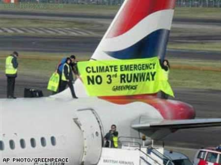 环保人士成功在一架飞机上挂上了抗议标语