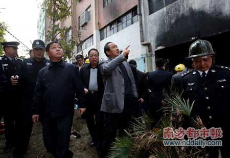 广东省副省长佟星和深圳市市长许宗衡赶到现场布置救火工作. 本报记者 徐文阁 摄