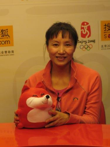 图文:于芬做客搜狐聊天 展示搜狐吉祥物小狐狸
