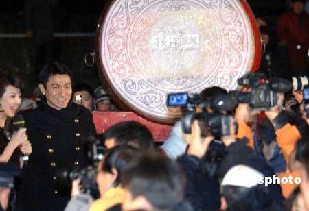 07年12月6日,由香港电影导演陈可辛执导的电影《投名状》全球首映式在北京举行,刘德华步上首映式红地毯。 中新社发 廖攀摄